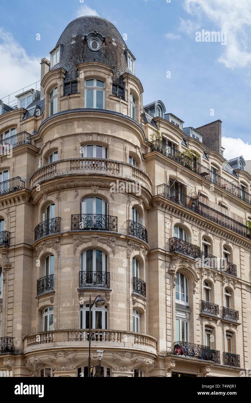 Klassische französische Architektur an der Rue du Faubourg-Saint Antoine in der Nähe von Bastille, 12 Arrondissemont, Paris, Frankreich Stockbild
