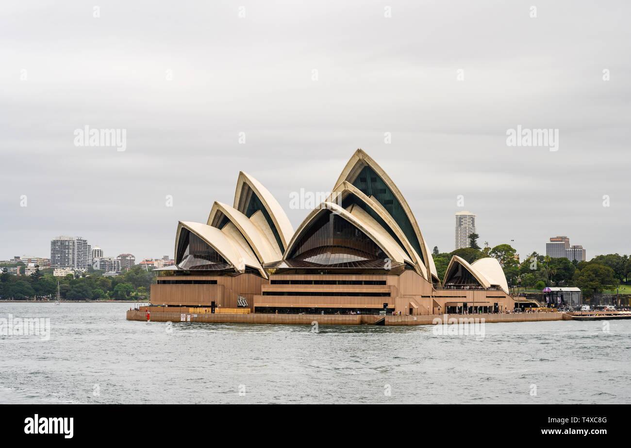Sydney Opera House ist ein Zentrum für darstellende Kunst im Hafen von Sydney, New South Wales, Australien. Von Jørn Utzon entworfen, es öffnete im Jahr 1973. Stockfoto