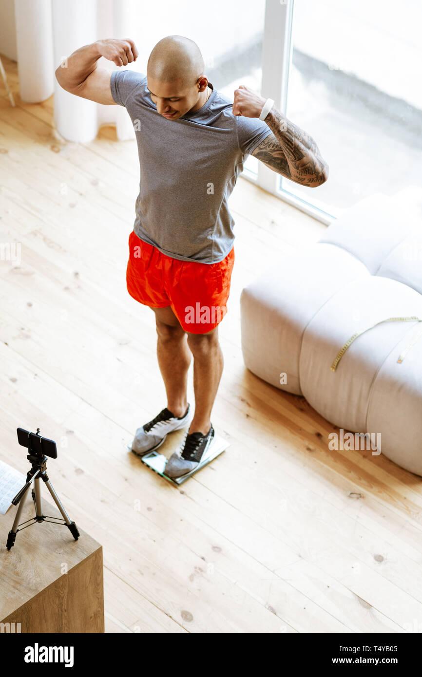 Bodybuilder mit seinen bizeps beim Stehen vor der Kamera Stockbild