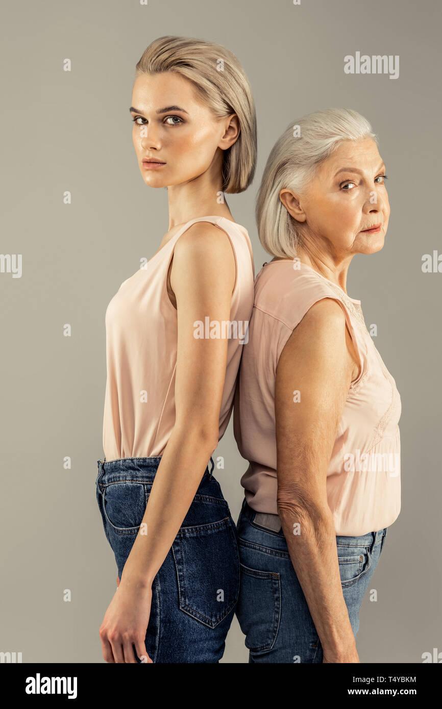 Schöne schwere Mutter und Tochter an Sie Stockbild