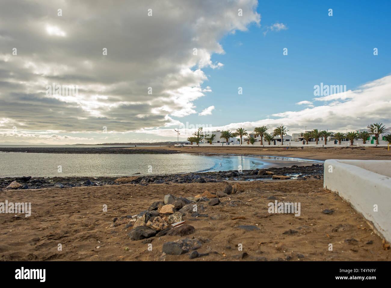 Blick auf den ruhigen Playa Honda oin der Insel Lanzarote, in der Nähe von Arrecife und in der Nähe von Flughafen Lanzarote Stockbild