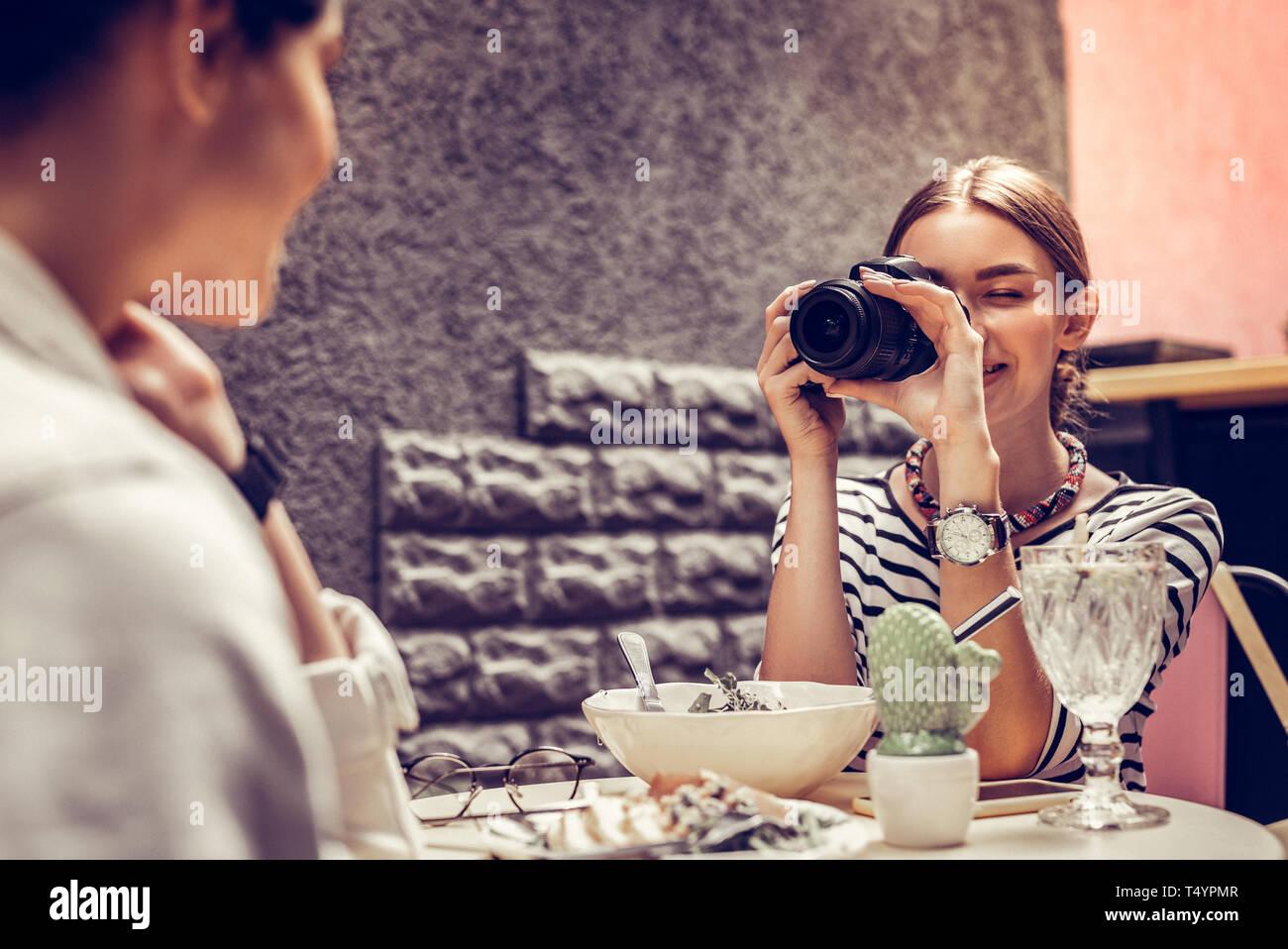 Freudige freundliche Frau schaut in die Kamera Stockbild