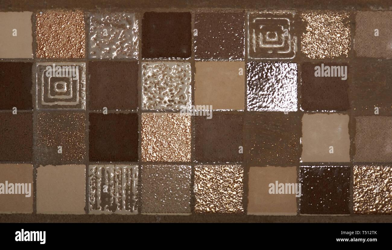 Quadratisch braun Mosaik Fliesen im Badezimmer Wand Textur ...