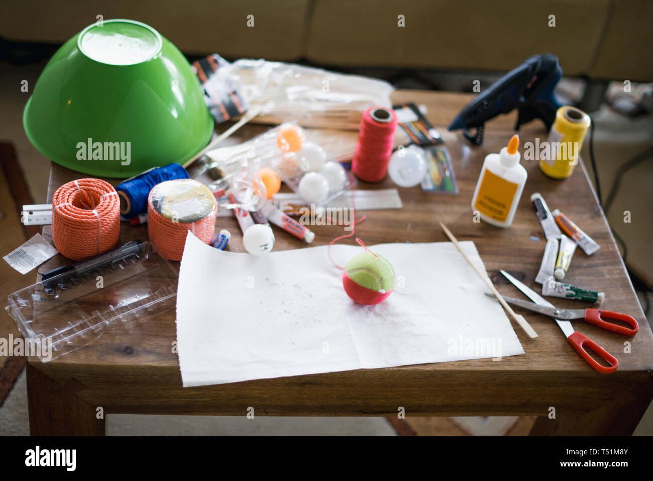 Tisch voller Spielzeug und Wissenschaft Zeug für die Erziehung eines Kindes Stockbild