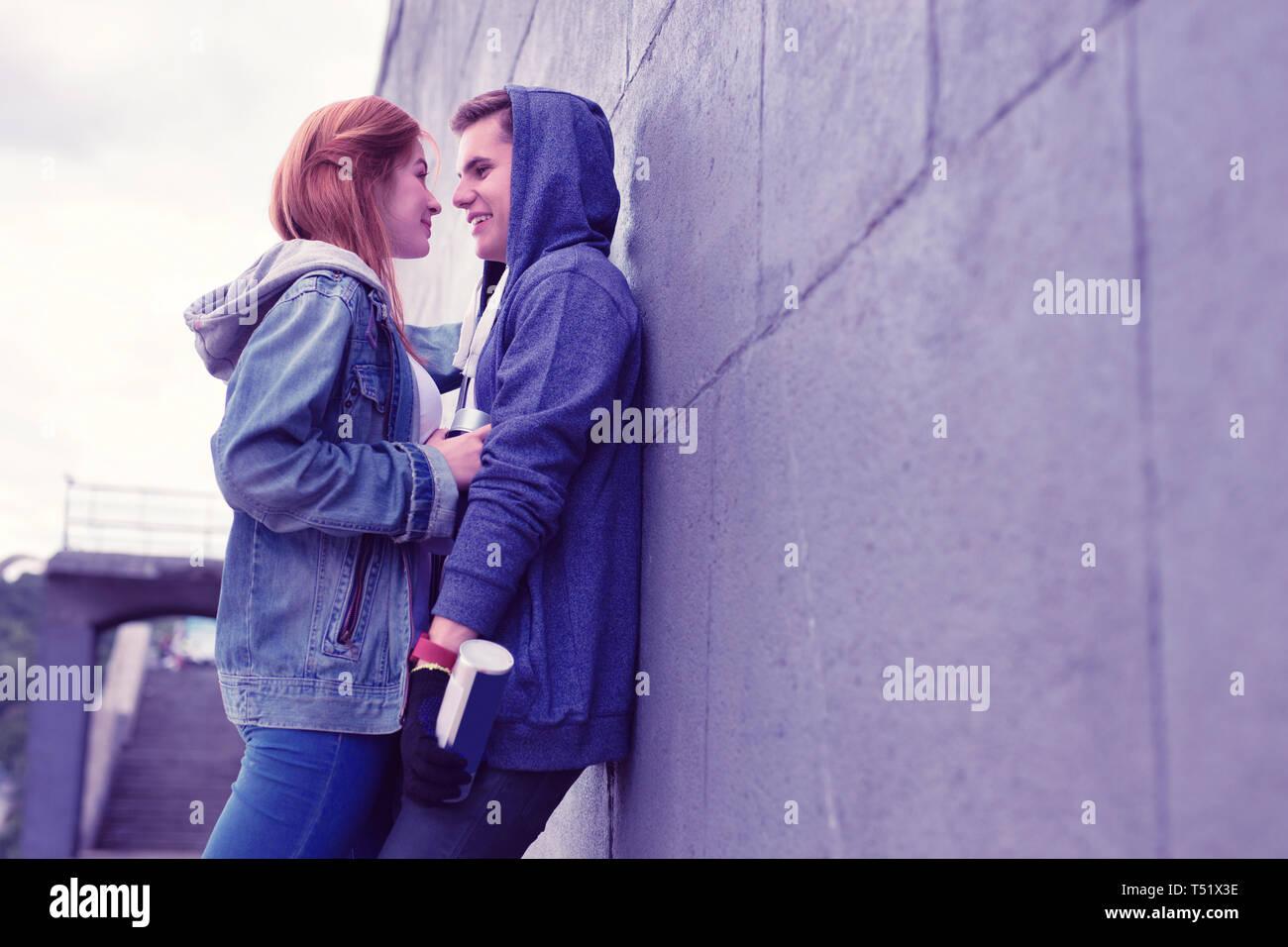 Leidenschaftliche junge Paar schöne Momente während lehnte sich an der Wand Stockbild