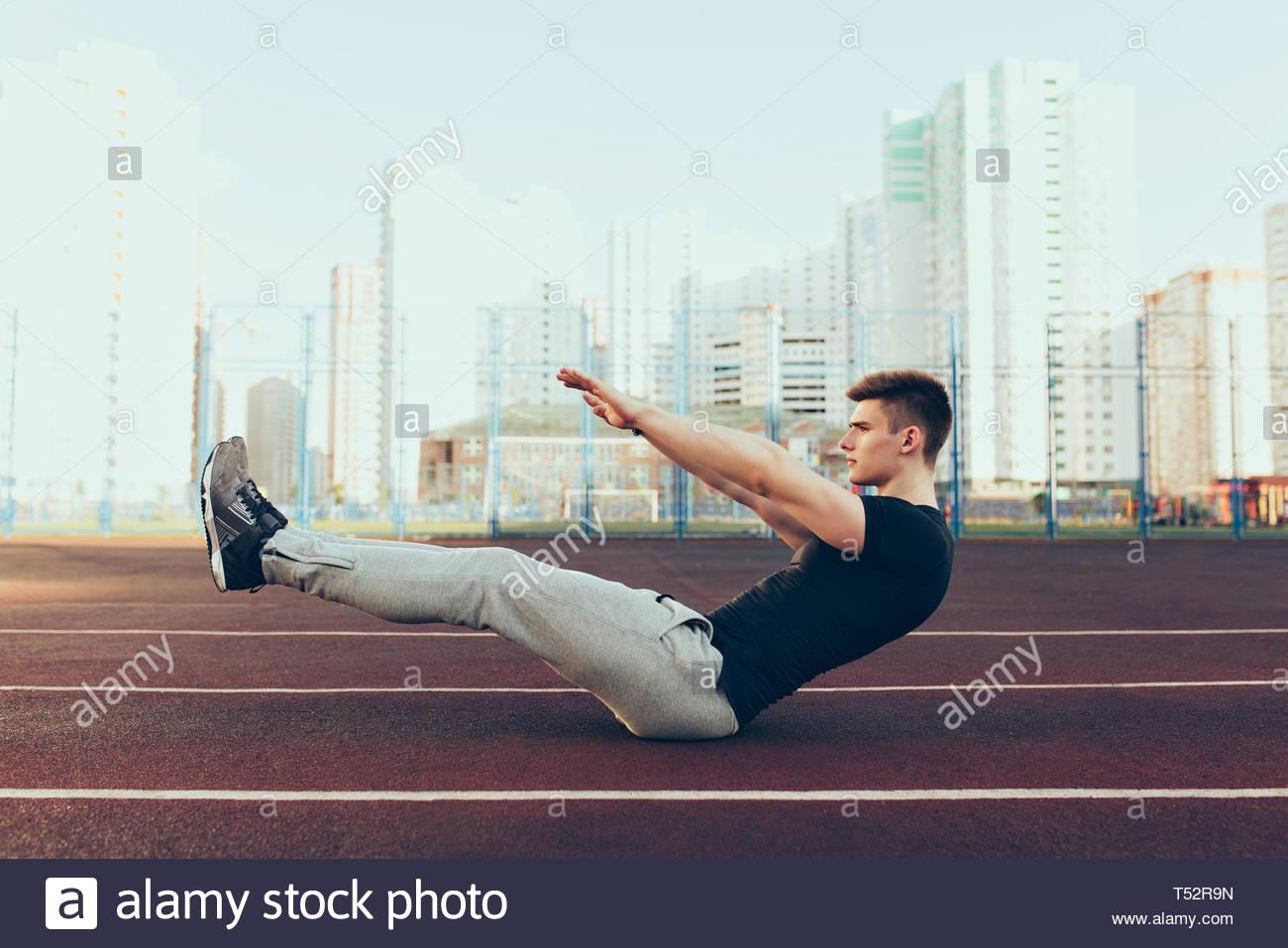 Starker Kerl Mit Einem Guten Körper Am Morgen Am Stadion Er