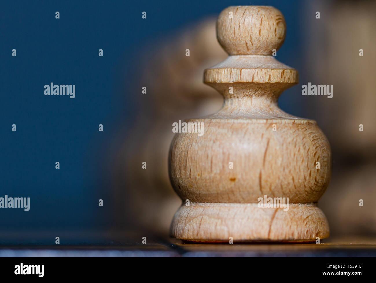 Schach, Royal strategie Spiel. Hölzerne Figuren und Bauern. Stockbild