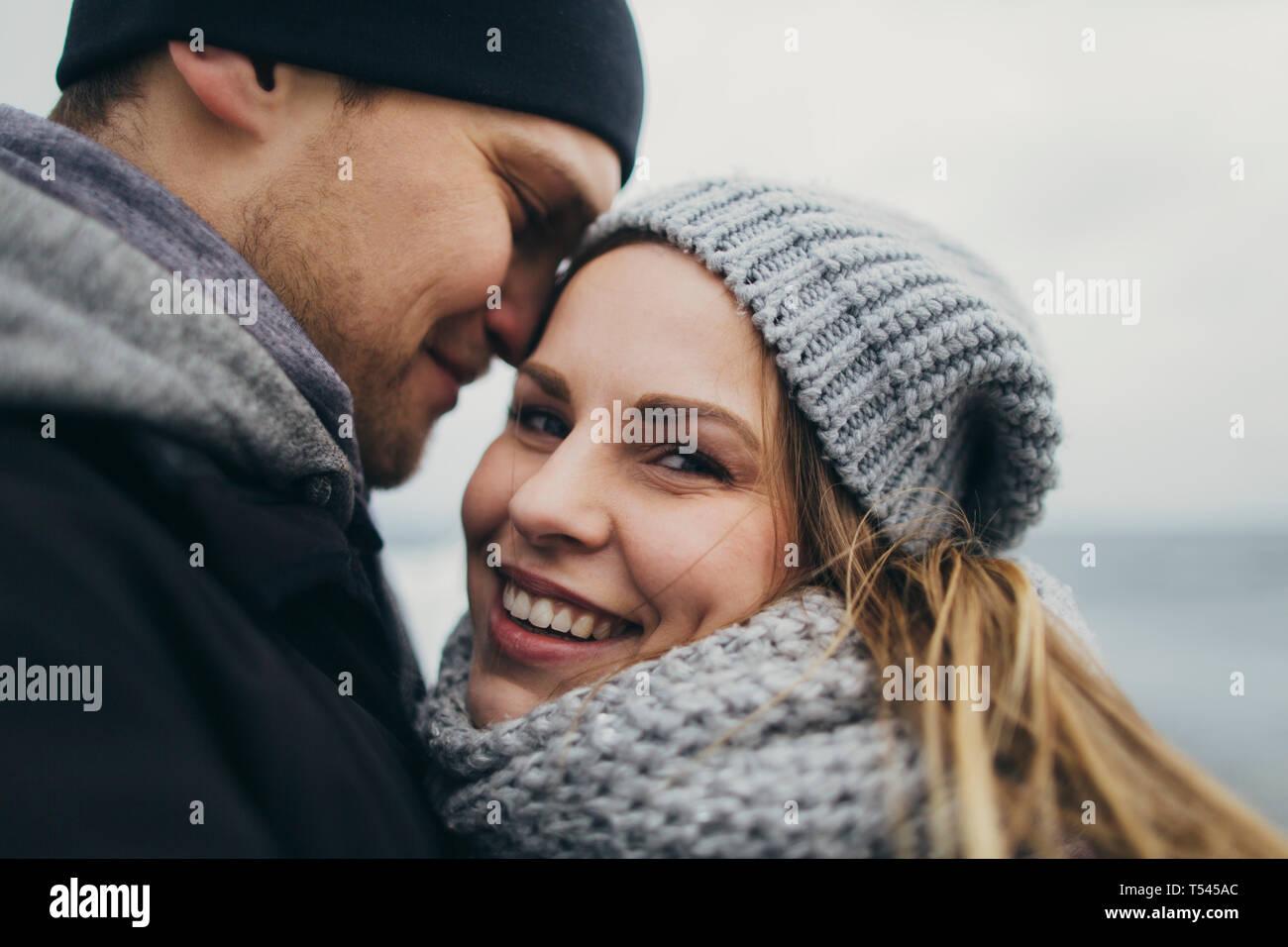Junges Paar warme Kleidung tragen Stockfoto