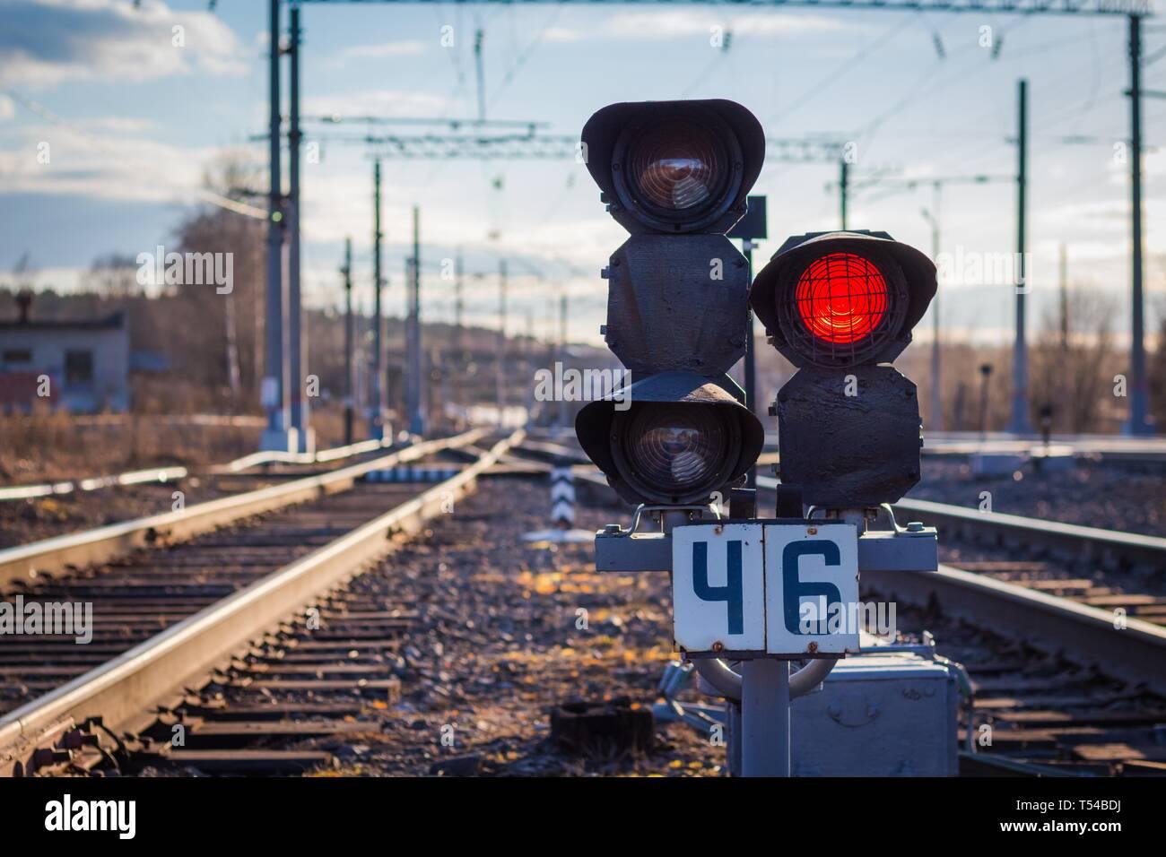Gibt es eine Ampel auf der Bahn für Warnung des Zugverkehrs. Die Ampel leuchtet rot Warnung vor dem herannahenden Zug. Stockbild
