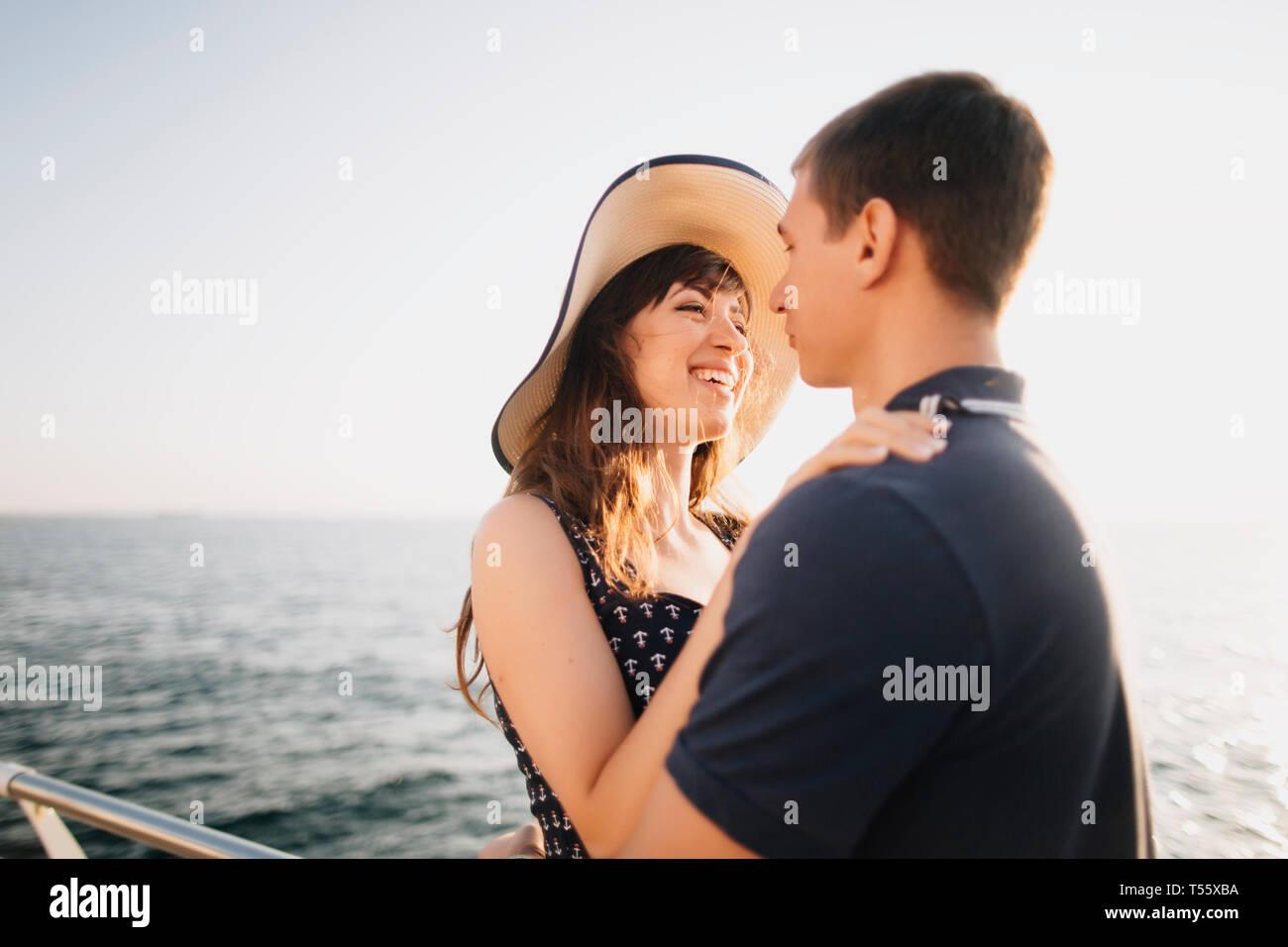 Junges Paar auf Pier Stockfoto
