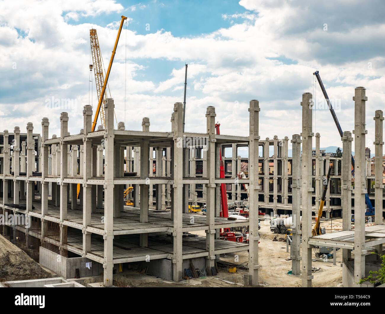 Sibiu, Rumänien - 20. April 2019. Die Arbeitnehmer in der Mall Festival Centrum Baustelle Stockbild