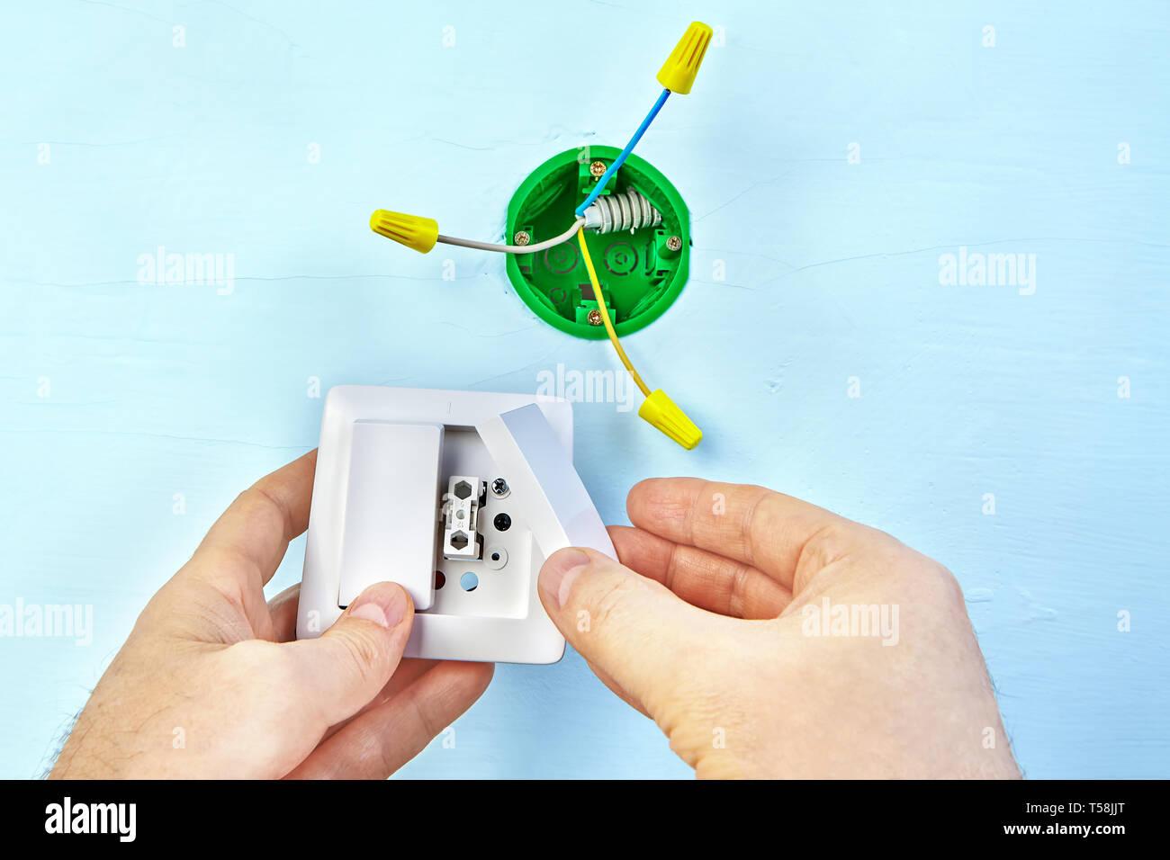 Arbeiten an elektrischen Anlagen, Installation von europäischen Standard Sockel, elektrische Schalter für Wandmontage. Stockbild