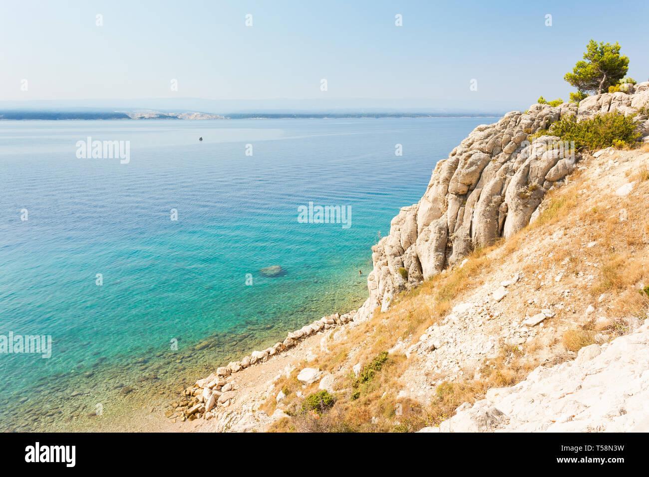 Stanici, Omis, Kroatien, Europa - türkisblaues Wasser am wunderschönen Strand von Stanici Stockfoto