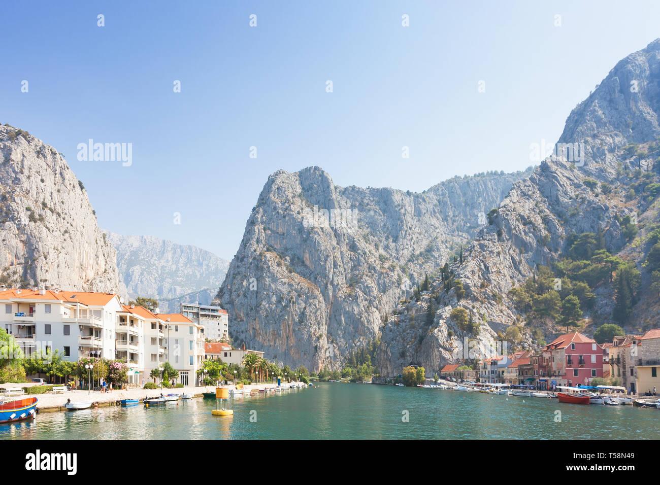 Omis, Kroatien, Europa - der Cetina in der Nähe von Omis, die zum Land zurück Stockfoto