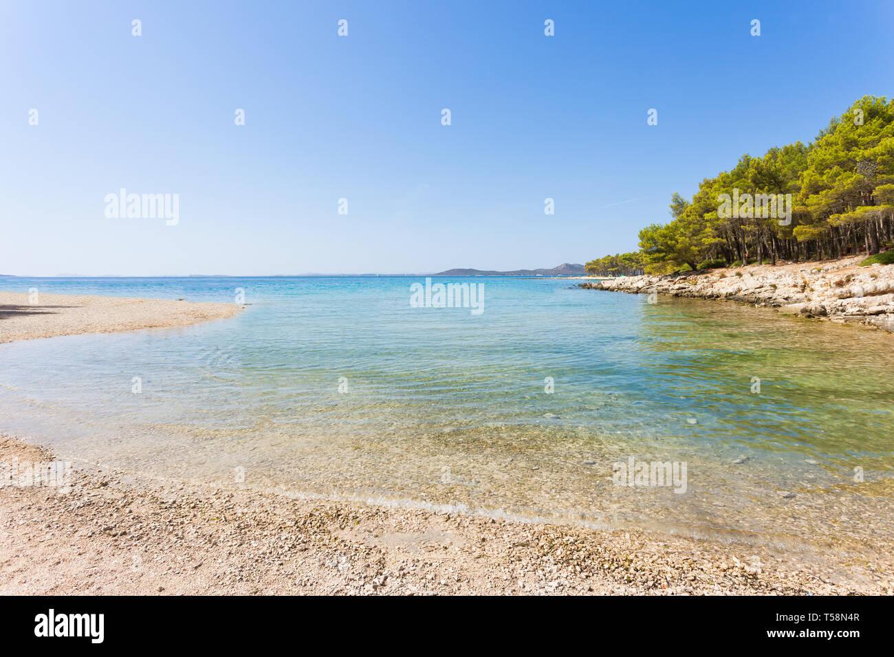 Pine Beach, Pakostane, Kroatien, Europa - ruhige Landschaft Am natürlichen Strand von Pakostane Stockfoto
