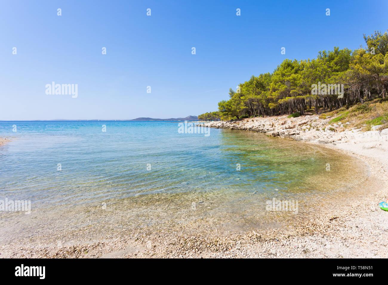 Pine Beach, Pakostane, Kroatien, Europa - Besuch der türkisfarbenen Bucht von Punat Stockfoto