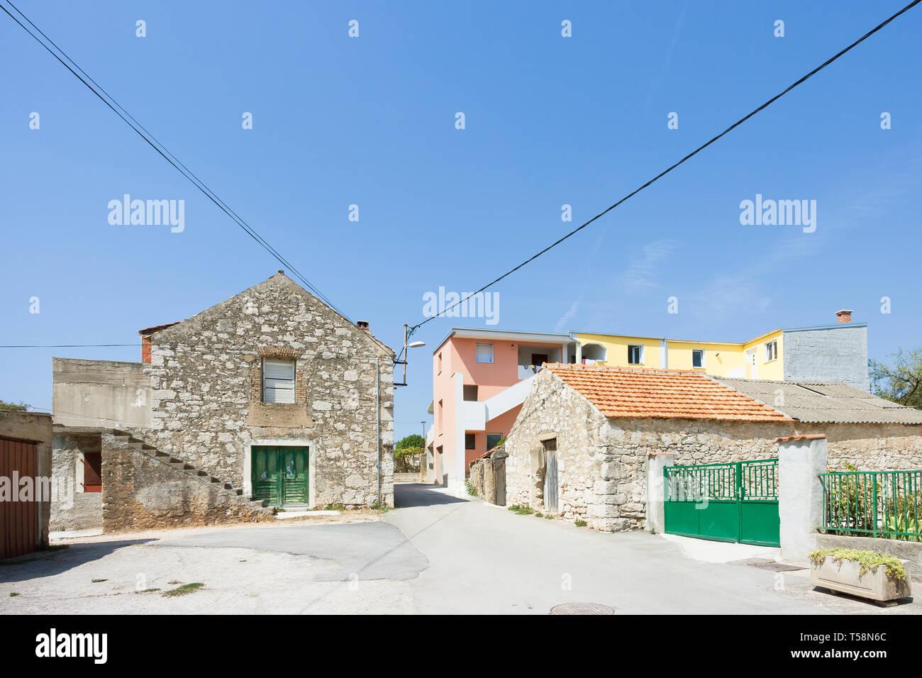 Pakostane, Kroatien, Europa - Traditionelle landwirtschaftliche Häuser im Hinterland von Zadar Stockfoto