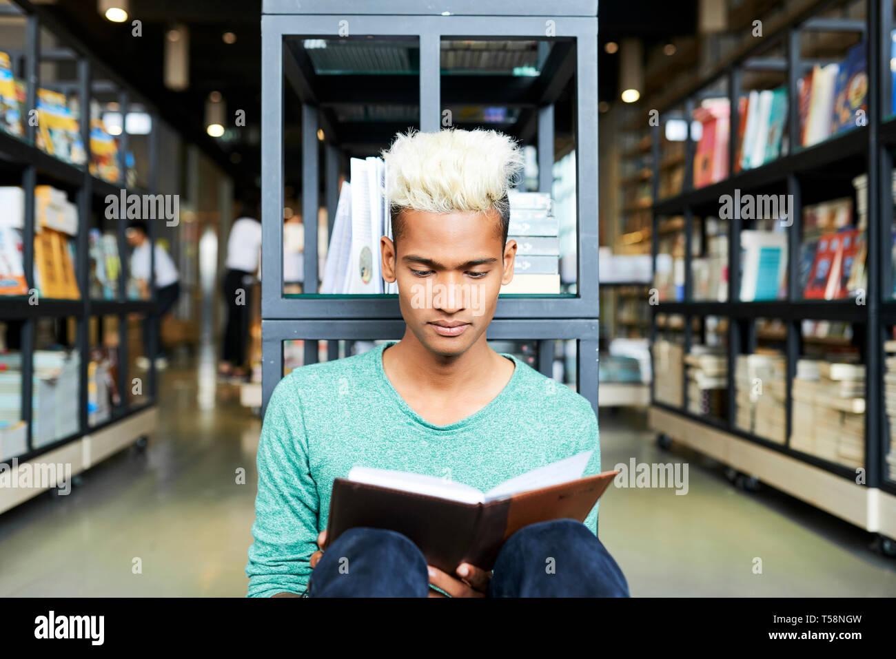 Bücherwurm Ausgaben freie Zeit in der Bibliothek Stockbild