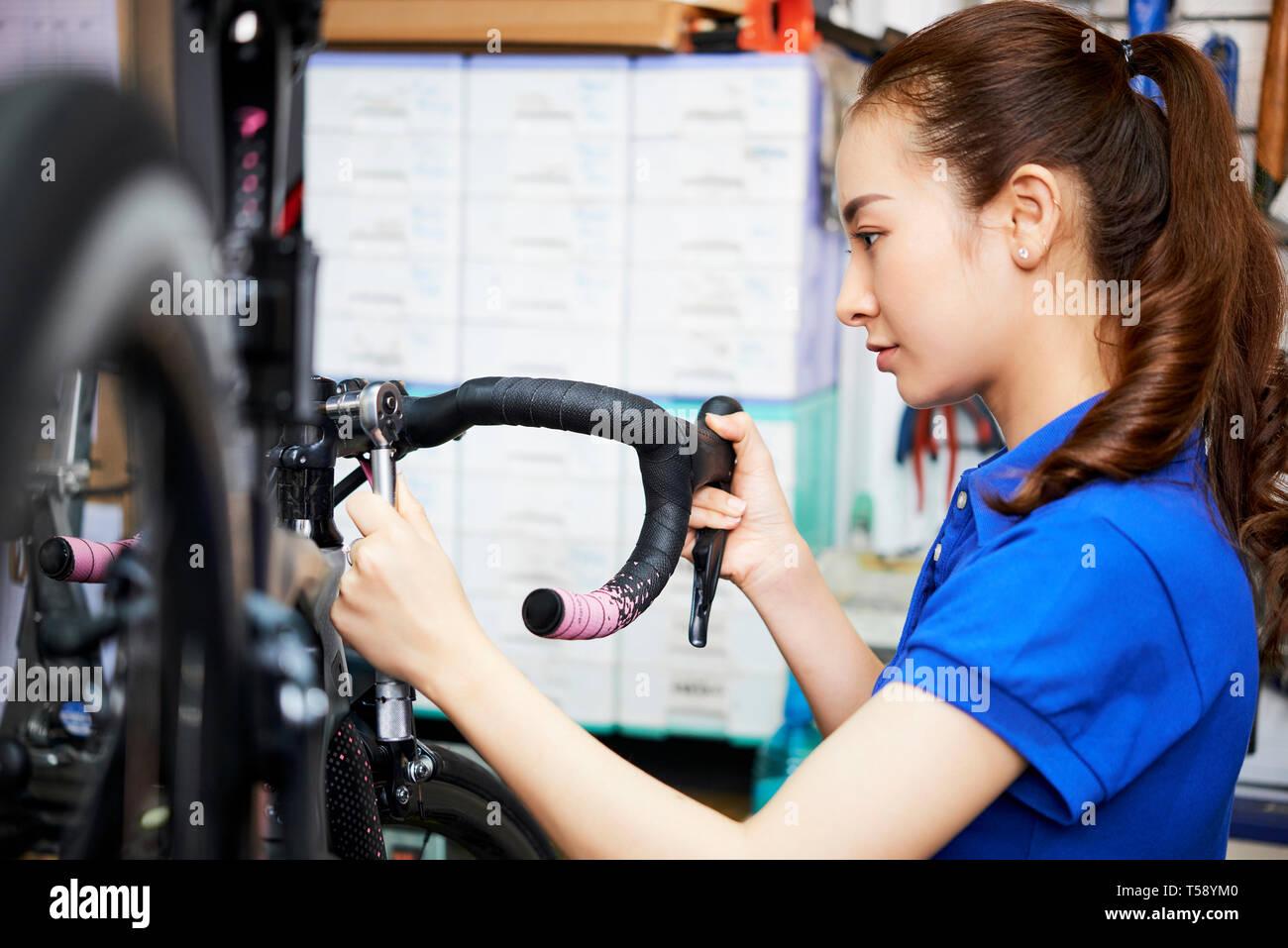 Frau in Werkstatt Stockbild
