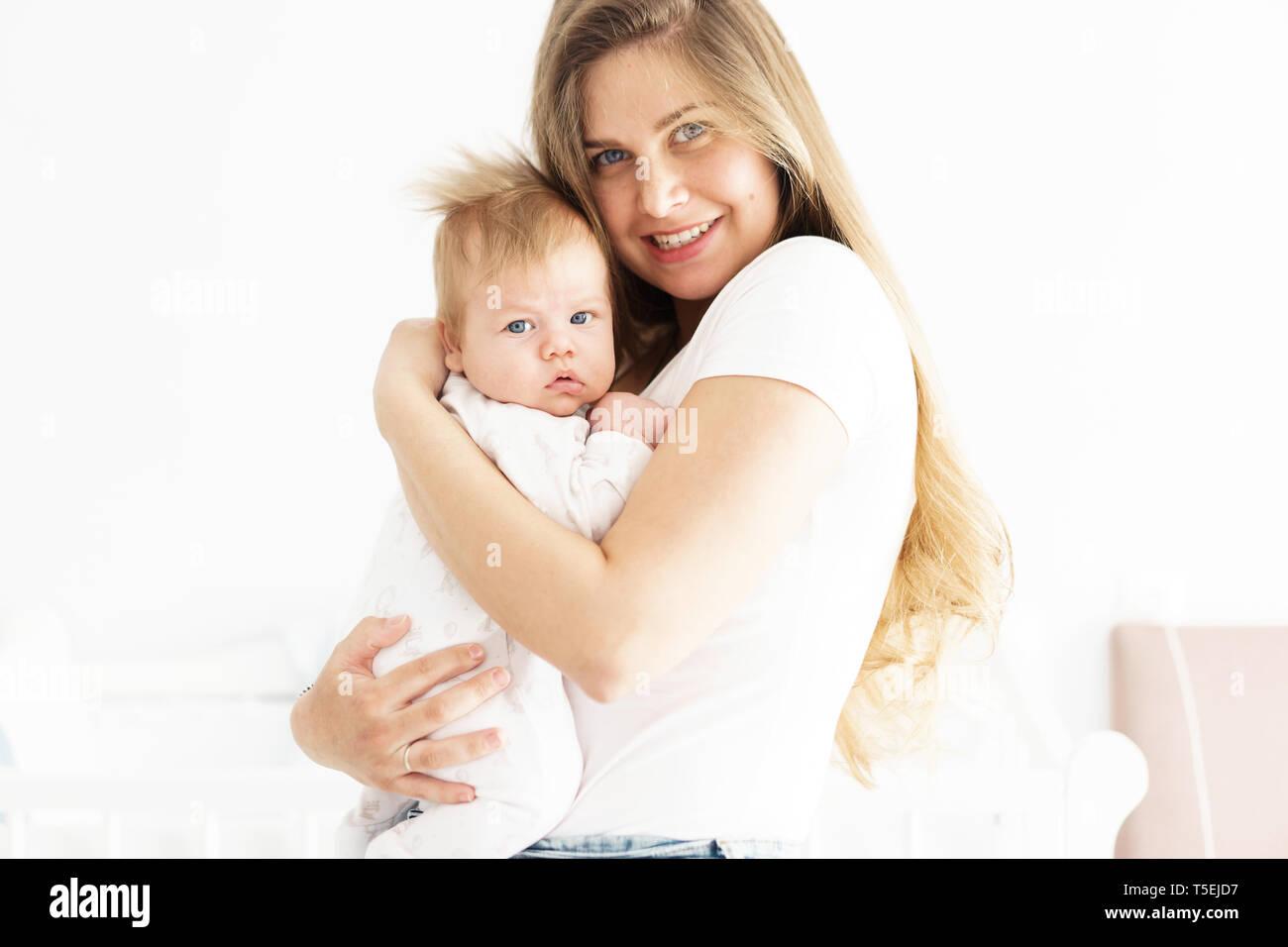 Mutter und neugeborenen Sohn in ihre Arme. Das Konzept des neuen Lebens, der Liebe und der Hilflosigkeit. Lippen bogen Stockbild