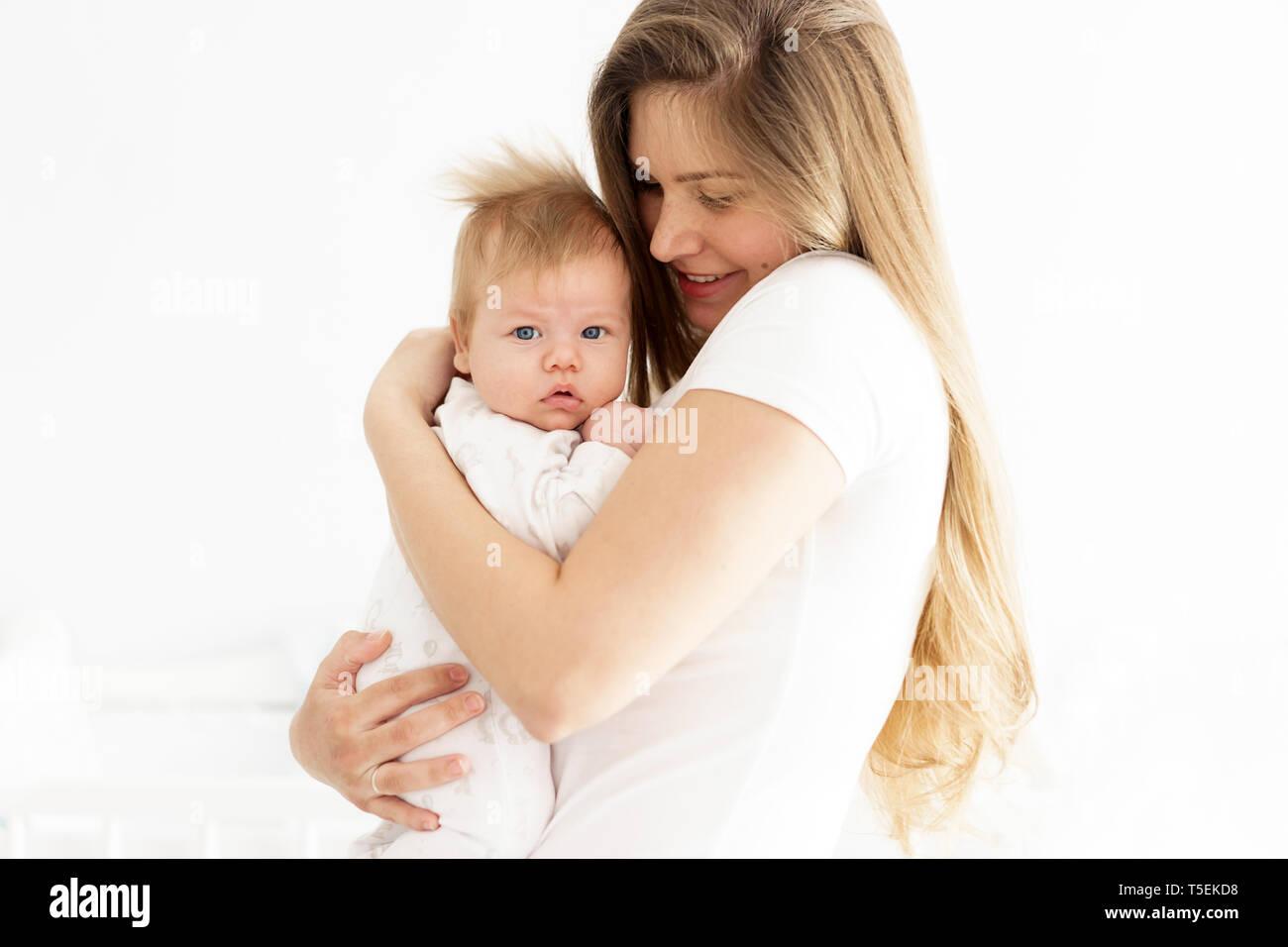 Mutter und Neugeborenes Baby in ihren Armen. Das Konzept des neuen Lebens, der Liebe und der Hilflosigkeit. Lippen bogen Stockbild