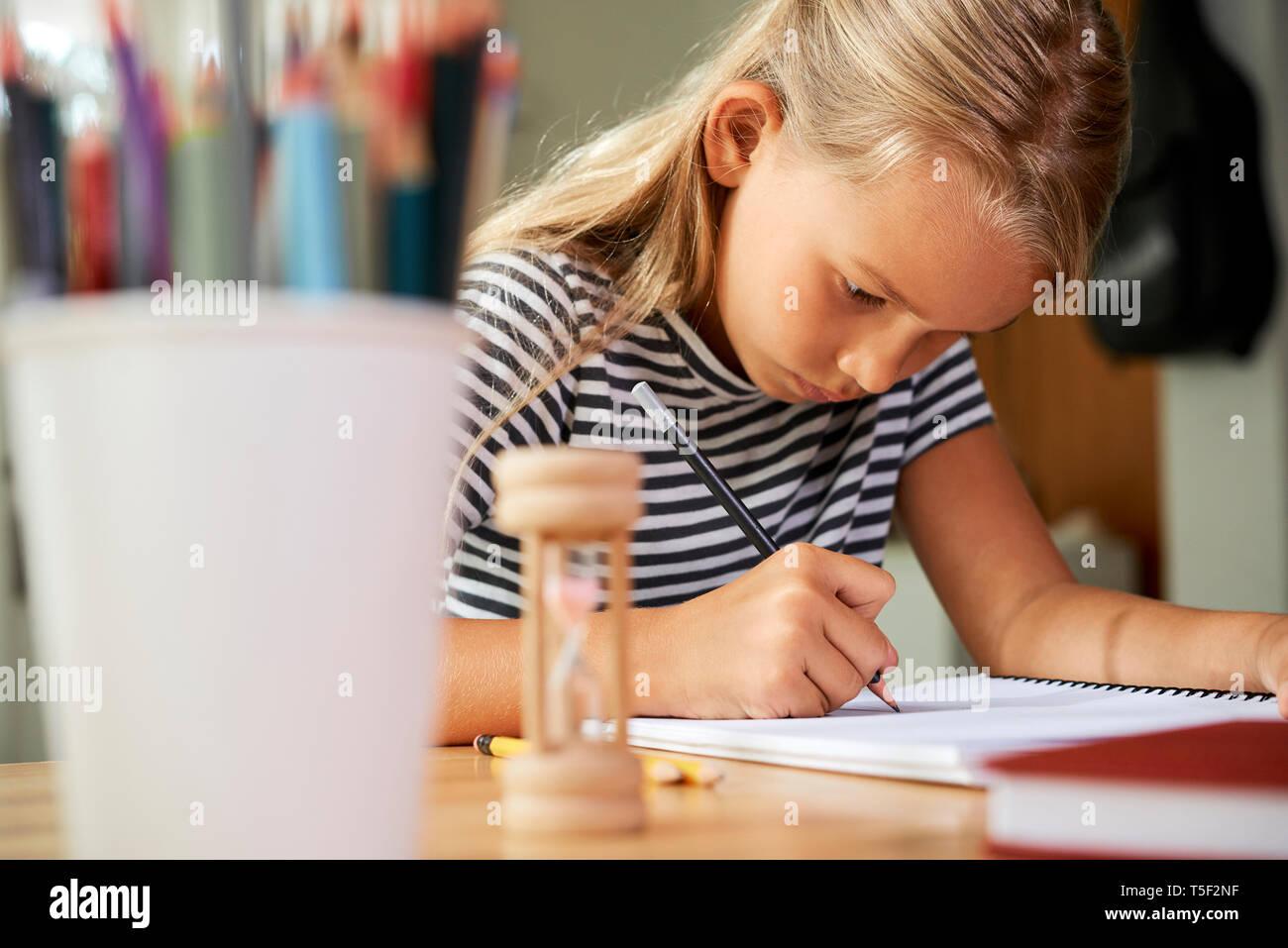 Fleißige Schülerin Hausaufgaben Stockbild