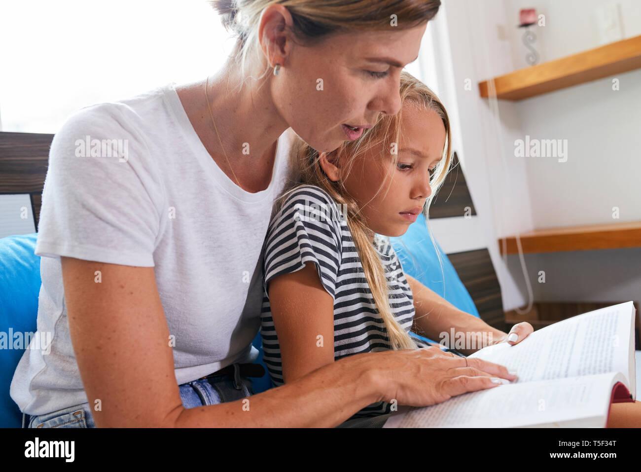 Mutter, Tochter mit schwierigen Aufgabe Stockbild
