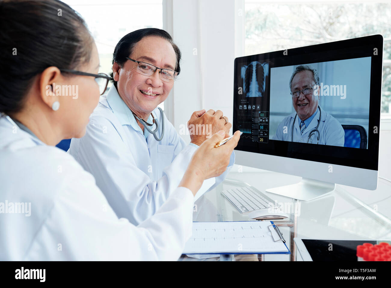 Medizinische Arbeiter in Video Konferenz Stockbild