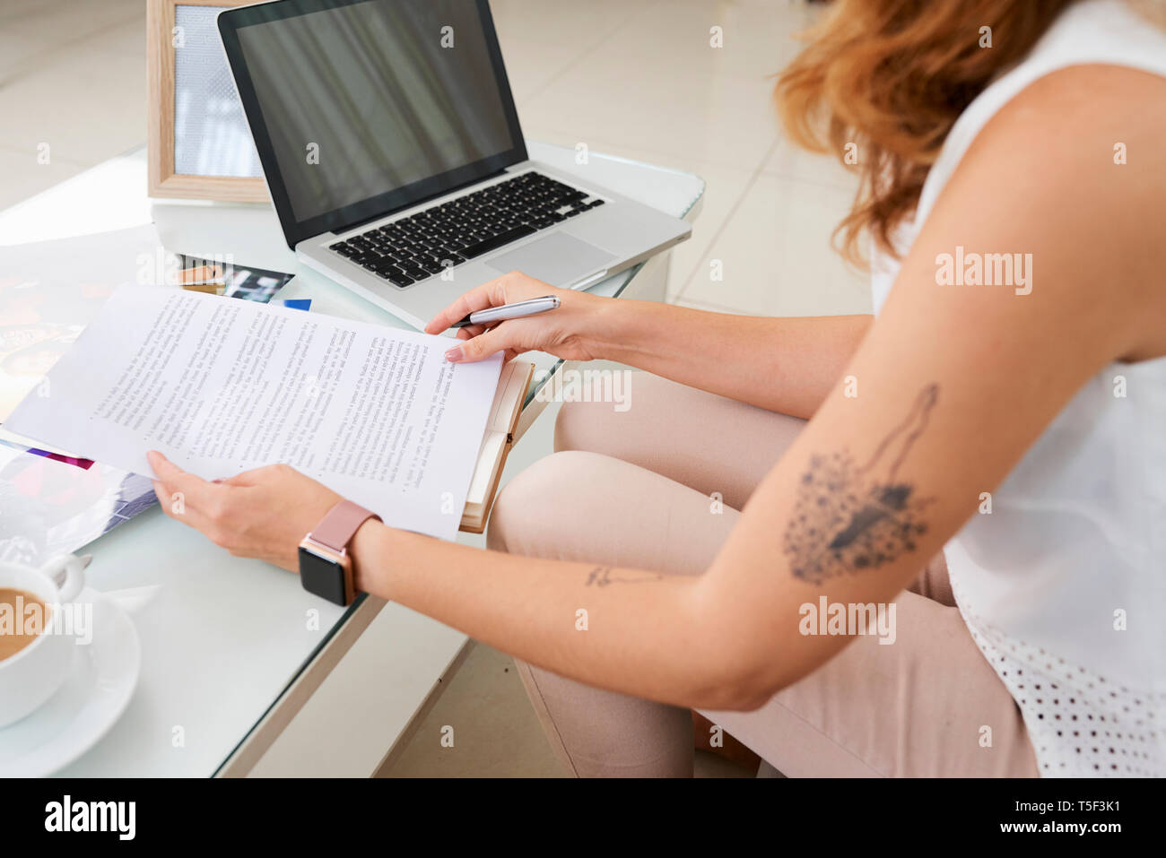 Frau mit Dokumenten arbeiten Stockbild