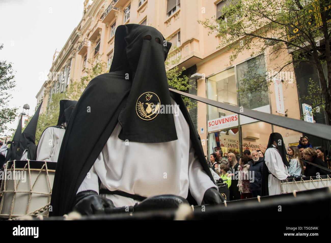 Ein mit Kapuze Mann gesehen mit einem großen auf die Prozession der Muttergottes von der Einsamkeit in Madrid, Spanien. Prozession der Muttergottes von Einsamkeit und Hilflosigkeit, Stockbild