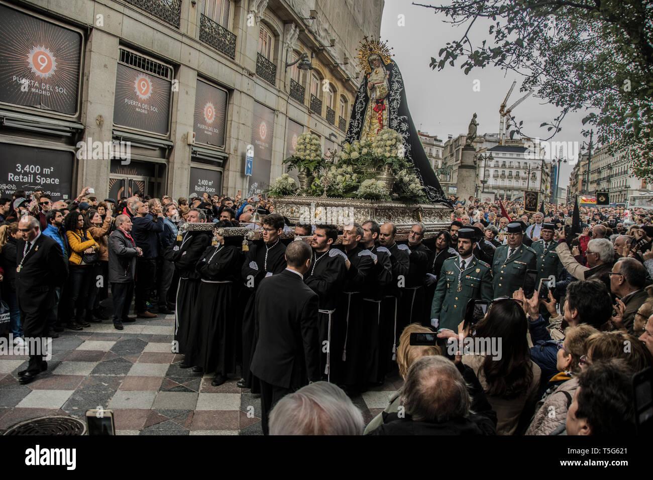 Menschen gesehen Laden das Bild Unserer Lieben Frau, unsere Einsamkeit in der Straße Arenal in Madrid, Spanien. Prozession der Muttergottes von der Einsamkeit und Hilflosigkeit Stockbild