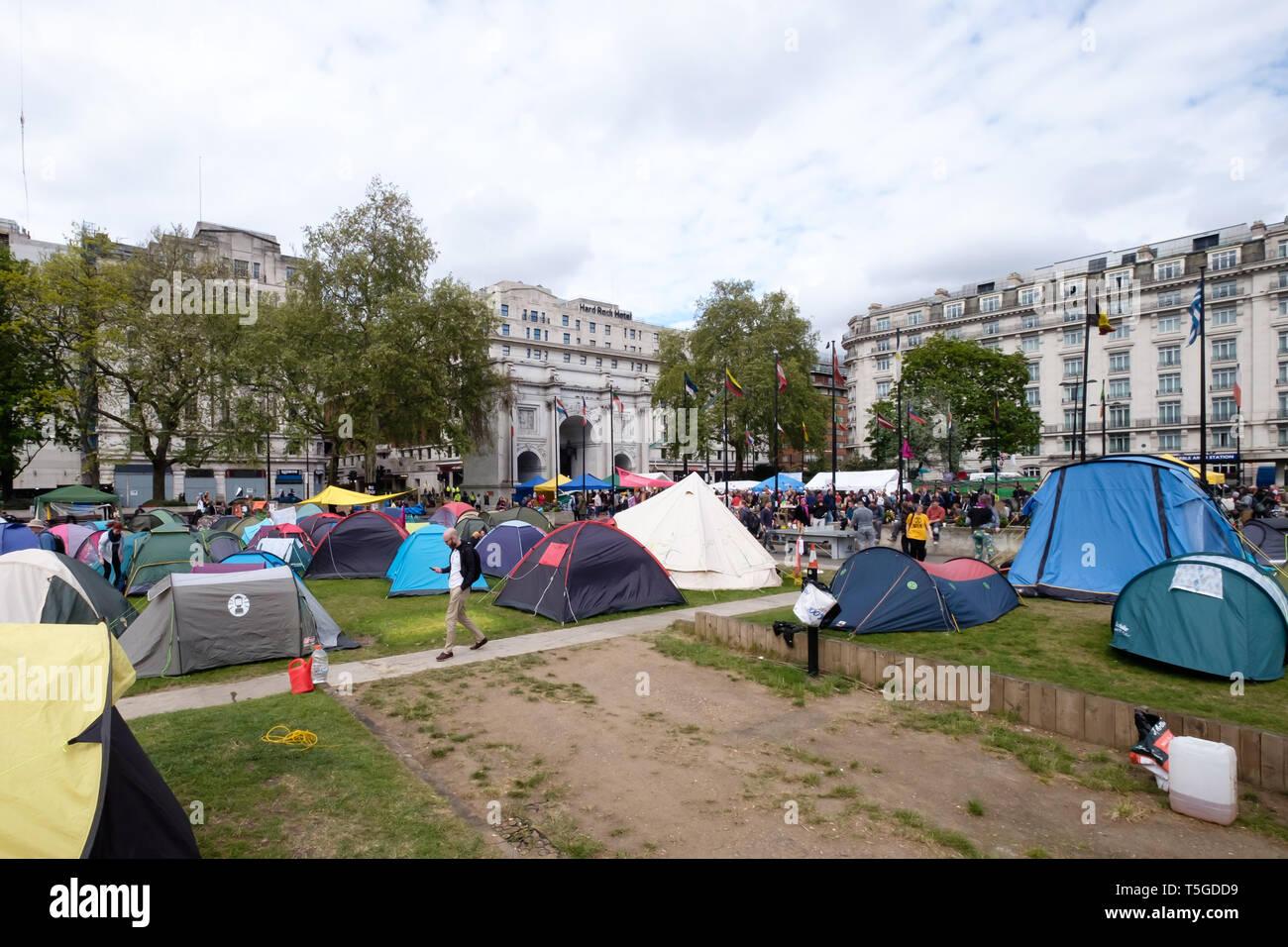 London, Großbritannien. 24. April 2019. Einige der Zelte auf dem Marble Arch. Die Polizei wurde entfernen Menschen blockieren Oxford St, die letzte Straße Block um Marble Arch an diesem Nachmittag. Einige Leute wurden auf und werden sorgfältig heraus, die von den Offizieren cut gesperrt, während andere saß ruhig von der Polizei umstellt und wartete, während eine kleine Menge durch mehrere Linien der Polizei beobachtete, wie die Offiziere, die versucht, sie zu erhalten, zu verschieben, verhaftet zu werden. Bei Marble Arch der Protest mit Trommeln und Tanzen, kostenloses Essen und Hunderte von Zelten fortgesetzt. Peter Marshall / alamy Leben Nachrichten Stockbild