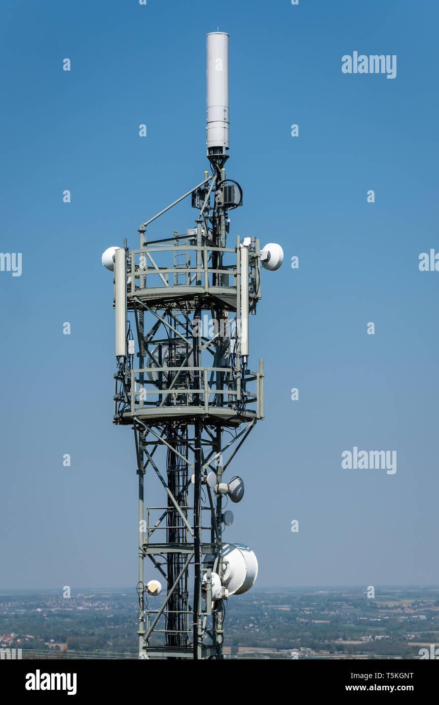 Relais Antenne auf blauen Himmel Hintergrund Stockbild