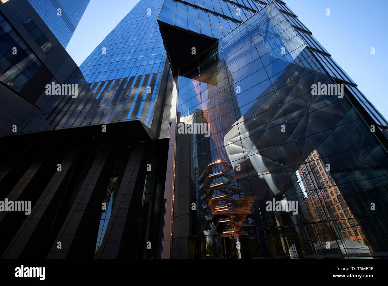 Schiff interaktive Kunstwerke und der Schuppen beweglichen Dach in hohen wider - Aufstieg außen Glas in Hudson Yards, New York City Stockbild