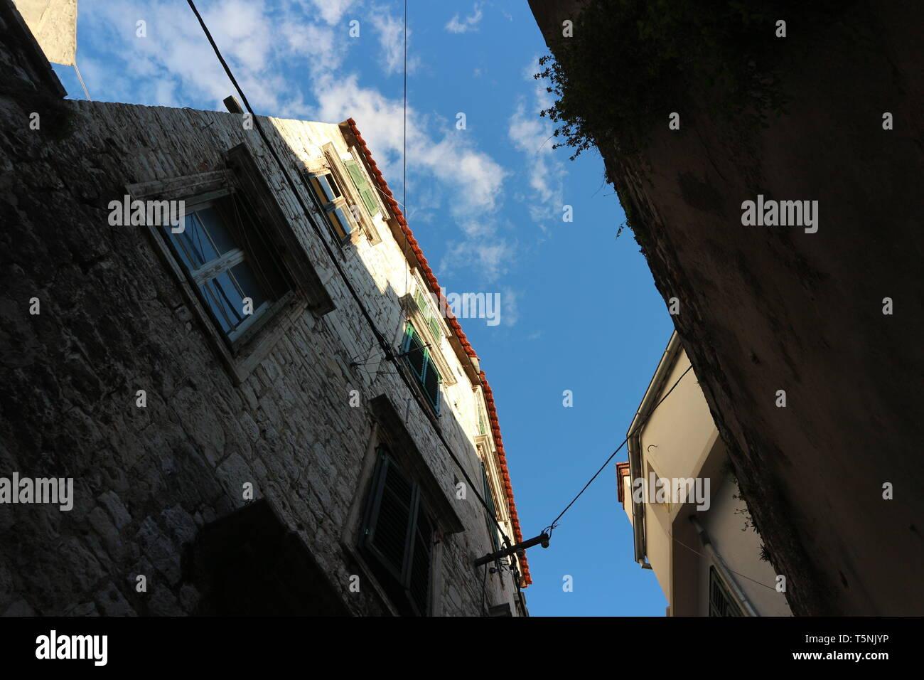 Fassaden in einem südlichen europäischen Stil (Kroatisch). Sie sind in einem niedrigen Winkel und in den Himmel fotografiert. Stockfoto