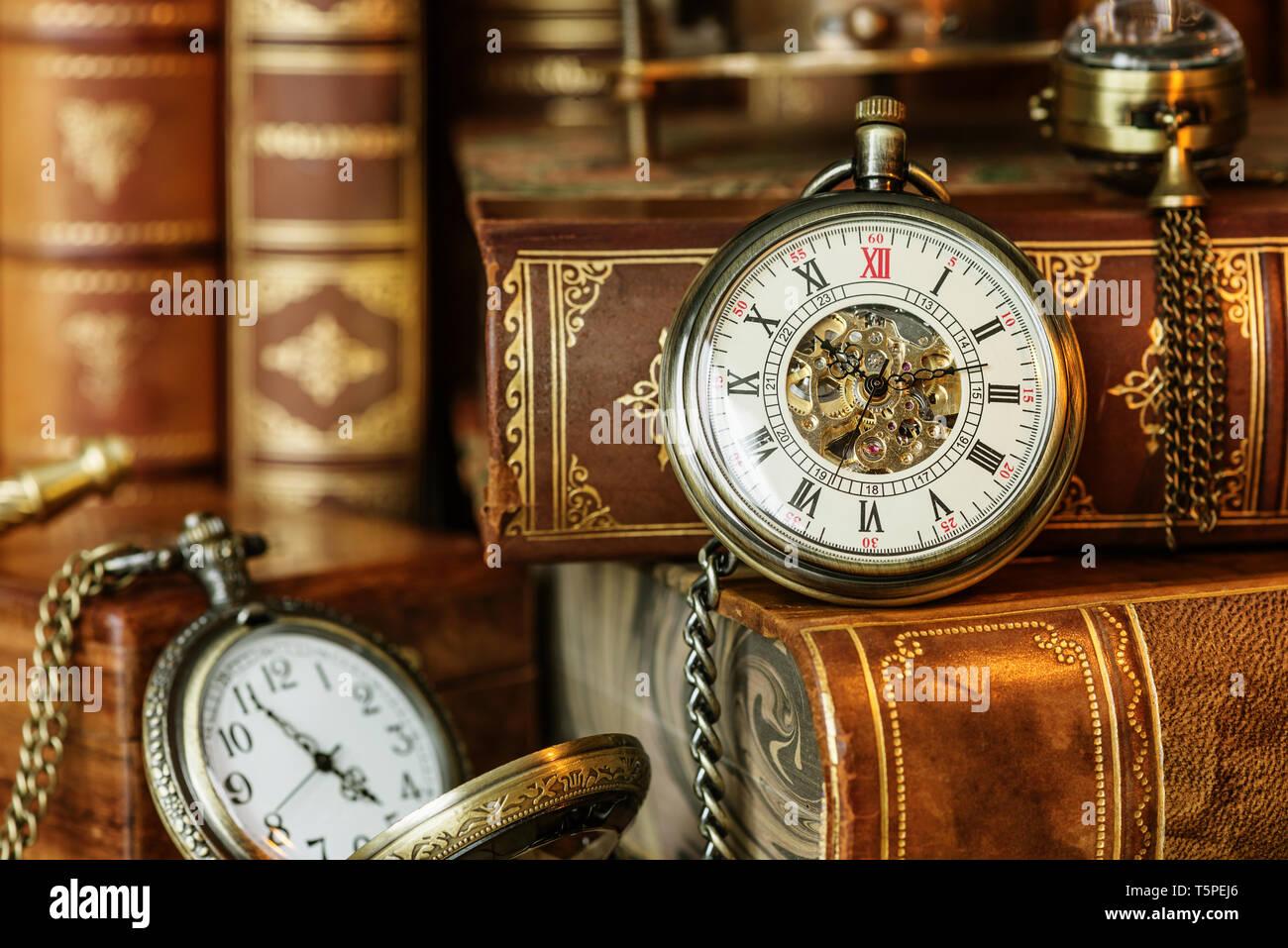 Vintage Pocket Watch auf dem Hintergrund der antike Bücher. Allegorie der Zeit Stockbild