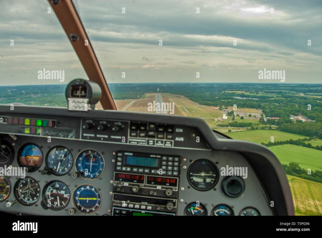Ein Blick aus dem Cockpit eines Sport Flugzeuge an den Start- und Landebahn eines Flugplatzes Stockfoto