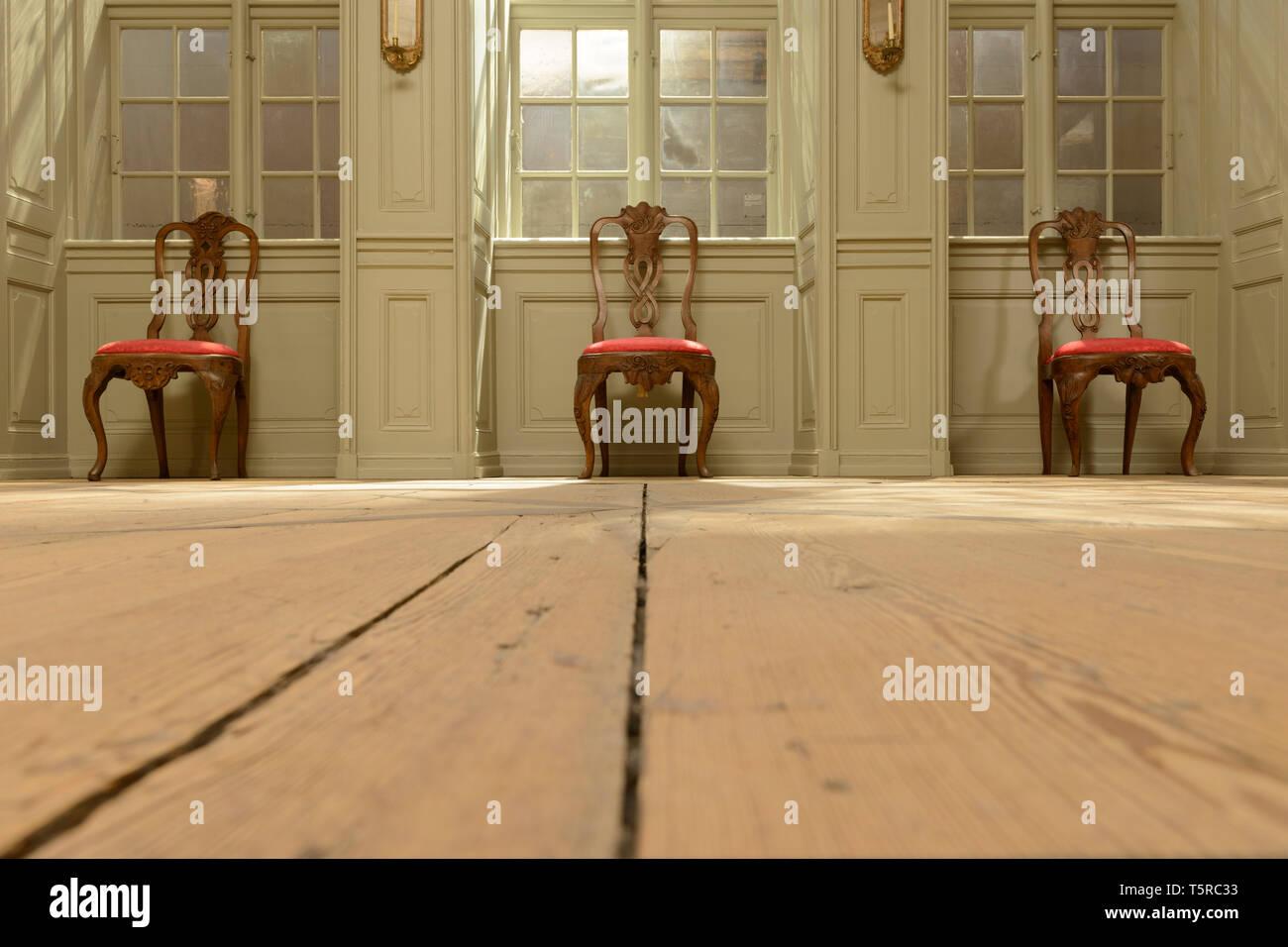 Drei formelle Stühle, Teil einer Ausstellung im Nationalmuseum in Kopenhagen, Dänemark. Stockfoto