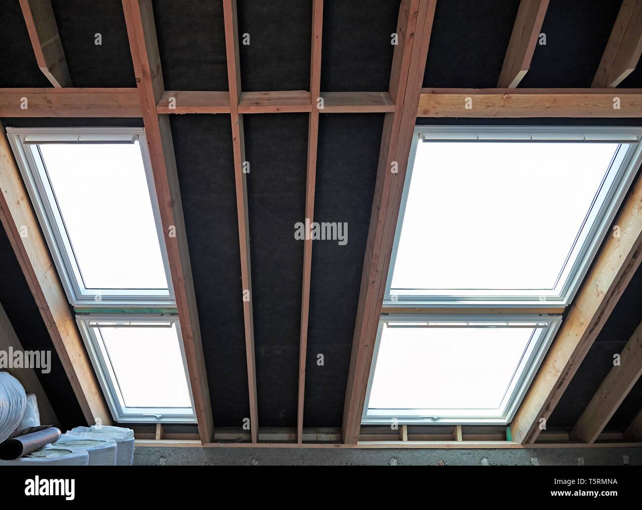 Dachgeschoss und deckenhohen Fenstern im renovierten Haus im Bau Stockfoto