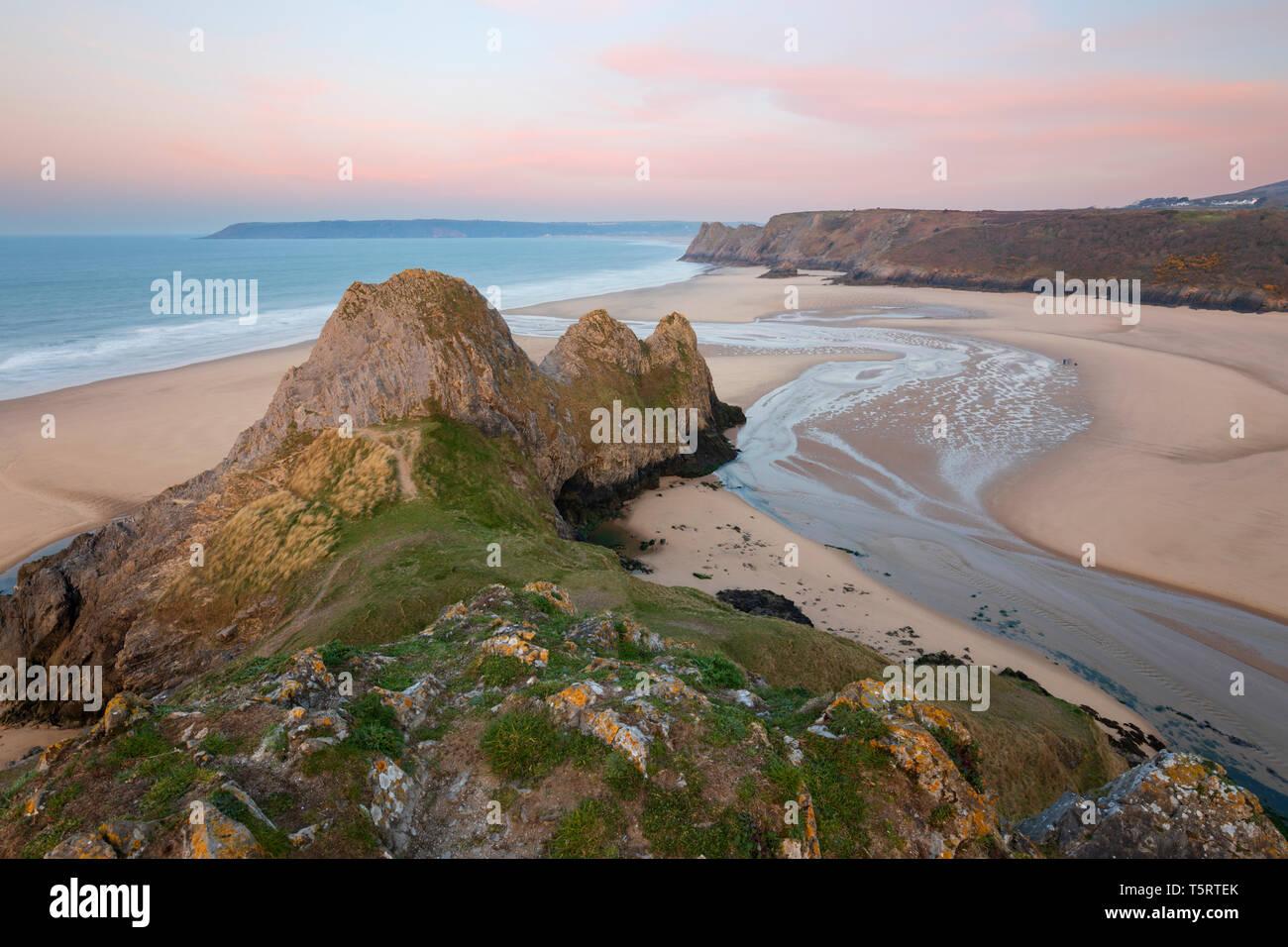 Three Cliffs Bay bei Sonnenaufgang bei Flut, Gower Halbinsel, Swansea, West Glamorgan, Wales, Vereinigtes Königreich, Europa Stockfoto