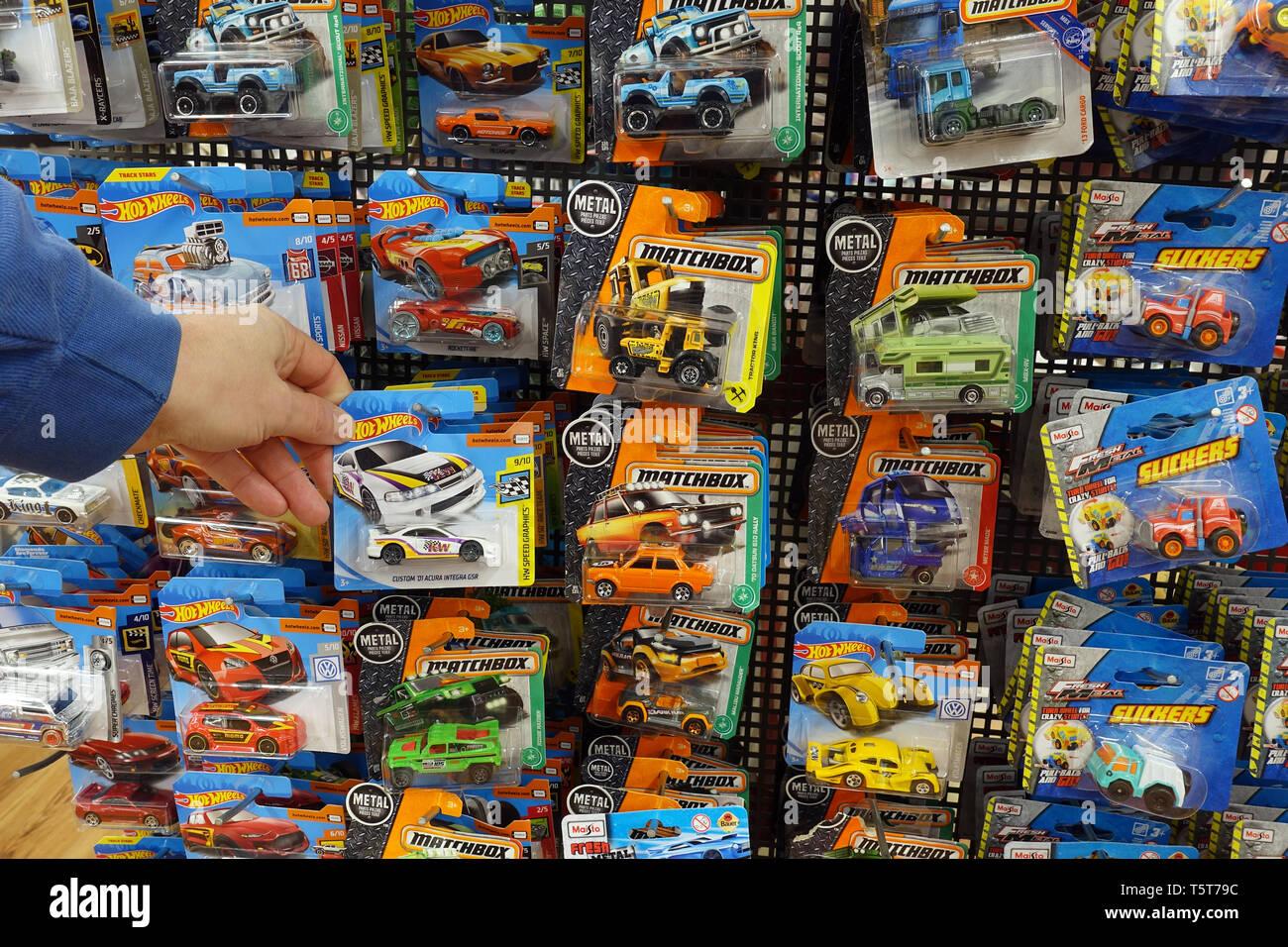 Alu-druckguss-Spielzeug Autos in einer Blisterpackung in einem Speicher anzeigen Stockbild