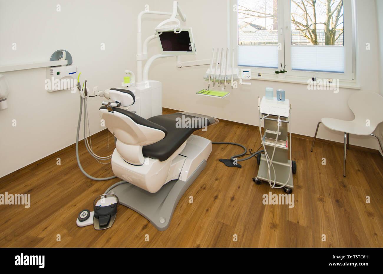 Einen neuen Zahnarzt Stuhl ist in der Zahnarztpraxis Behandlungsraum platziert Stockfoto