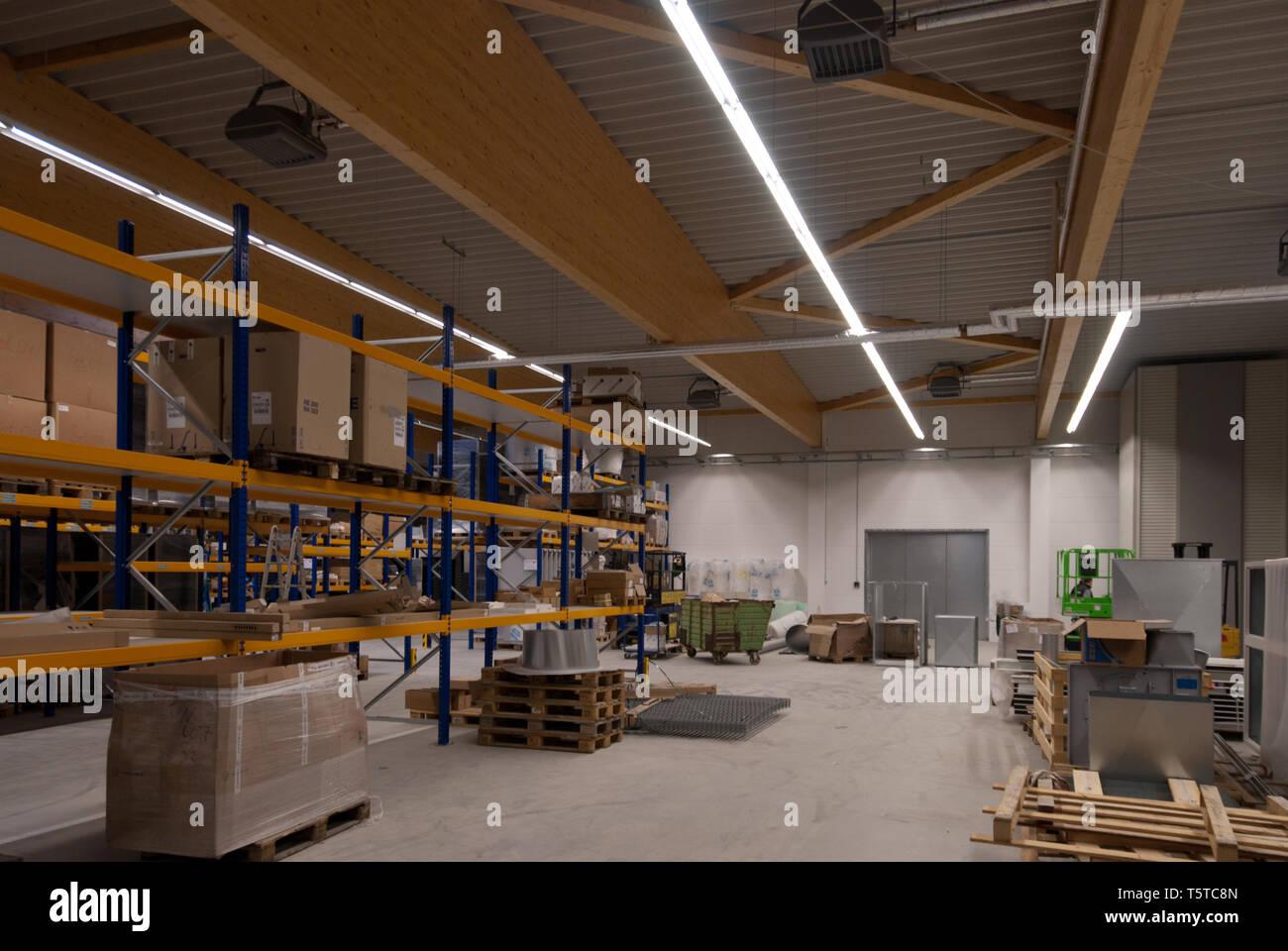 Eine große Fabrik gebäude ist in einem Lagerhaus umgewandelt Stockfoto
