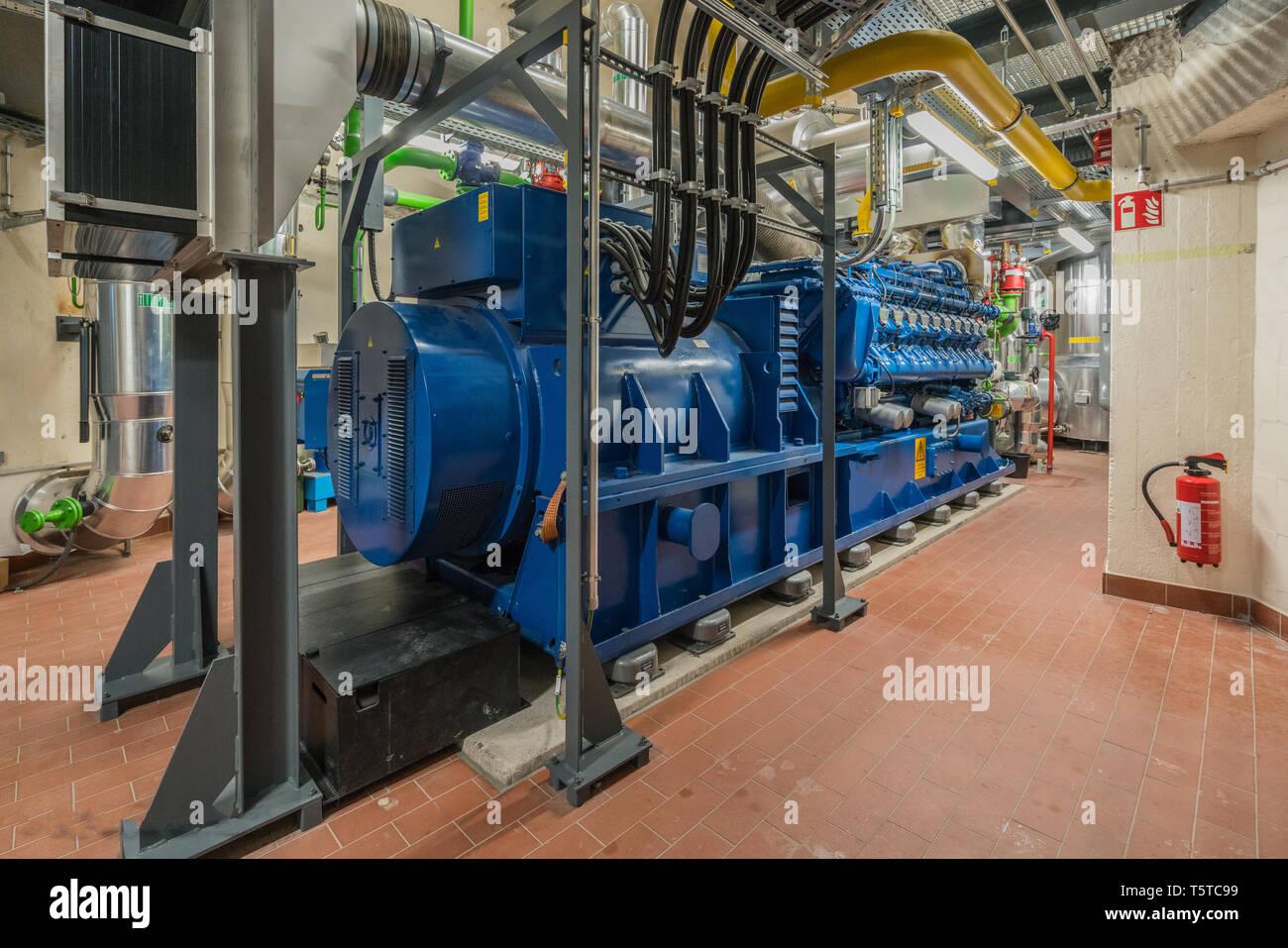 Eine riesige Erdgas Motor arbeitet in einem Blockheizkraftwerk und liefert ein Bezirk mit Wärme Stockfoto