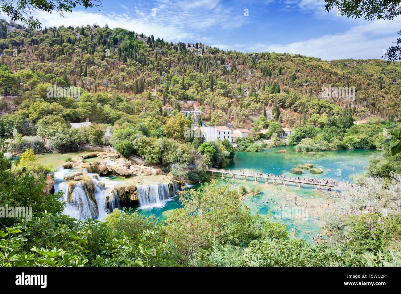 Krka, Sibenik, Kroatien, Europa - 28. AUGUST 2017 - die Touristen wandern und baden an den Nationalpark Krka Stockfoto