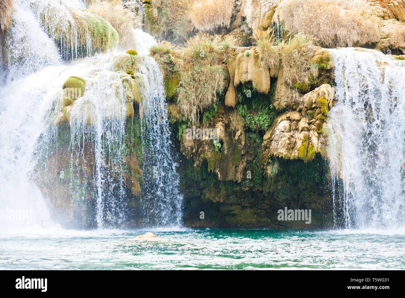 Krka, Sibenik, Kroatien, Europa - Überhang unter einem Wasserfall im Nationalpark Krka Stockfoto