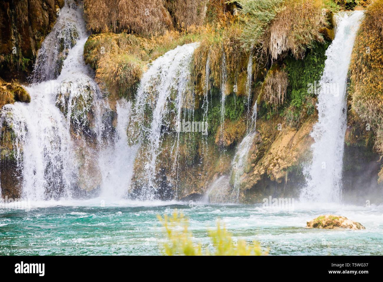 Krka, Sibenik, Kroatien, Europa - Watrefall Gischt Spritzen in eine Kaskade im Nationalpark Krka Stockfoto