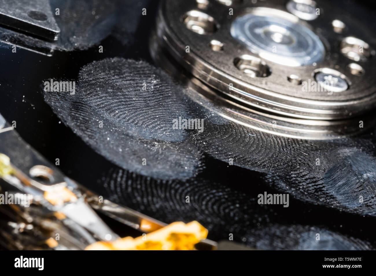 Festplatte verwöhnt durch das Berühren von & mit Fingerabdrücken übersäht. Festplatte in der Notwendigkeit der Datenwiederherstellung. Verloren gehen, zerstört oder beschädigt. Stockbild