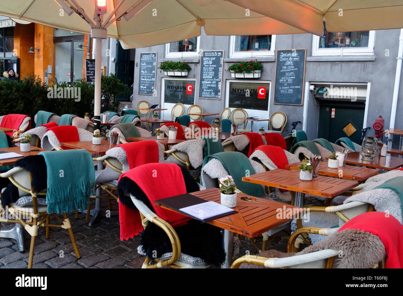 Street Cafe Tisch und Stühlen Einstellung ohne Menschen, Kopenhagen, Dänemark, Europa Stockbild