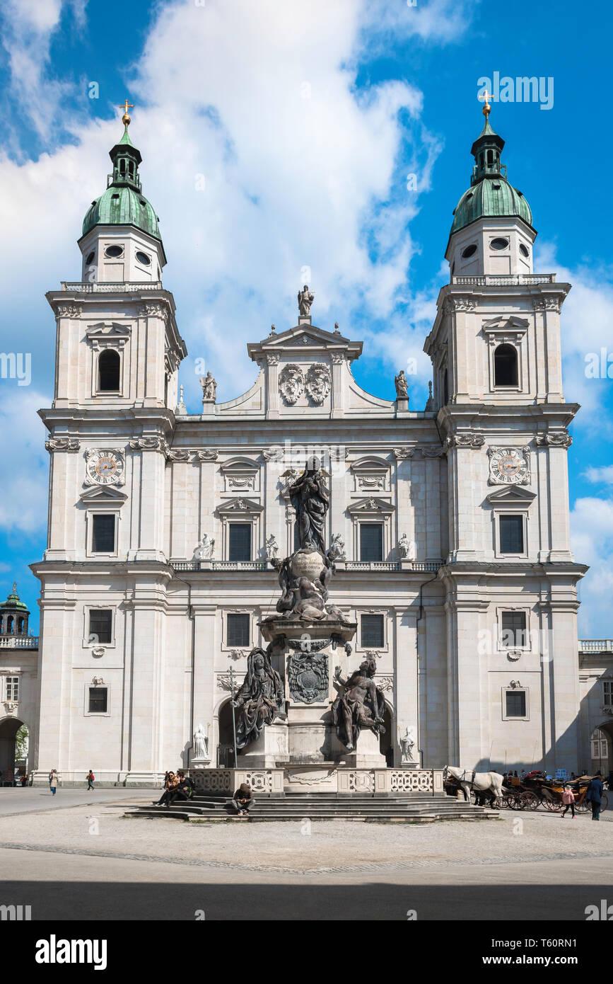 Dom Salzburg, Blick über den Domplatz (Cathedral Square) in Richtung der barocken Fassade der Dom (Kathedrale) in der Altstadt von Salzburg, Österreich. Stockbild